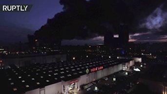 Беспилотник облетел место крупного пожара в ТК Синдика у МКАД