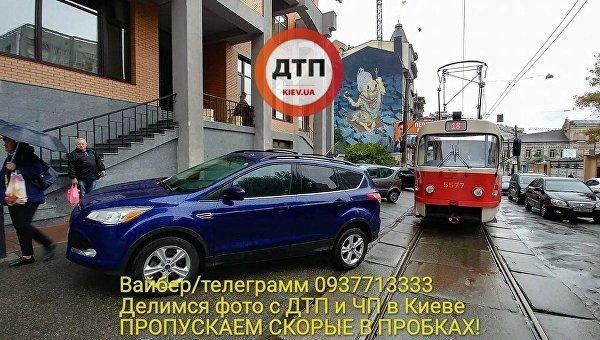 Автомобиль в дипломатическими номерами заблокировал движение трамваев в Киеве, 9 октября 2017