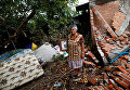 Домохозяйка на фоне обломках своего дома после землетрясения в Сан-Хосе Платанар, Мексика