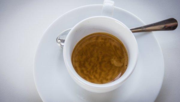 Чашка с кофе на кофейной фабрике. Архивное фото