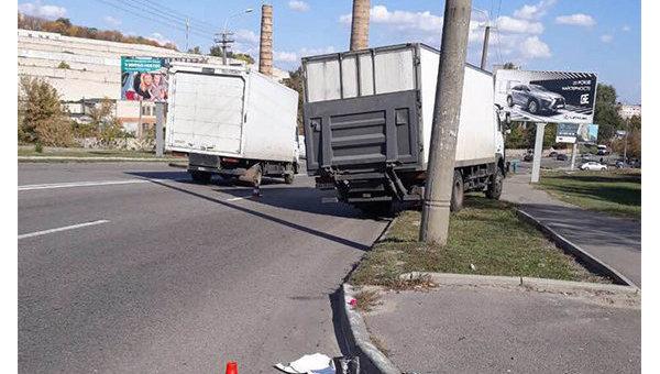 ВДнепре грузовой автомобиль сбил троих человек, погибла девушка