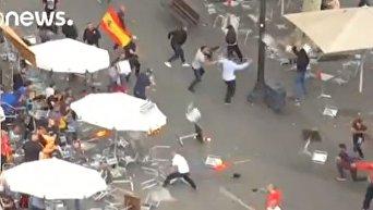 Столкновения полиции и группы демонстрантов против независимости Каталонии в Барселоне