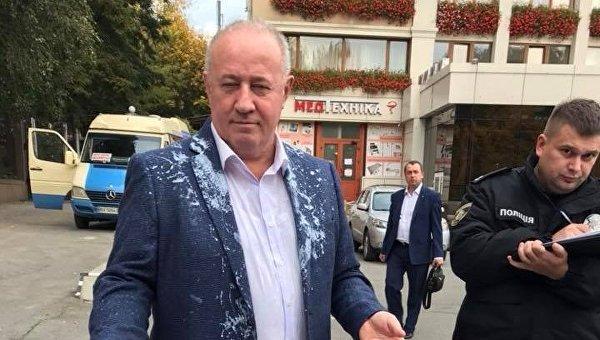 Нардепа Виктора Чумака облили кефиром в Черновцах