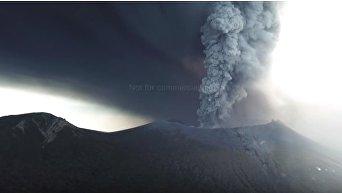 В Японии дрон снял извержение вулкана