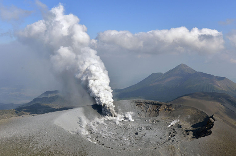 На действующем вулкане Симмое в Японии впервые за последние шесть лет началось извержение. Улицы ближайшего к нему города Тахакару покрылись вулканическим пеплом.