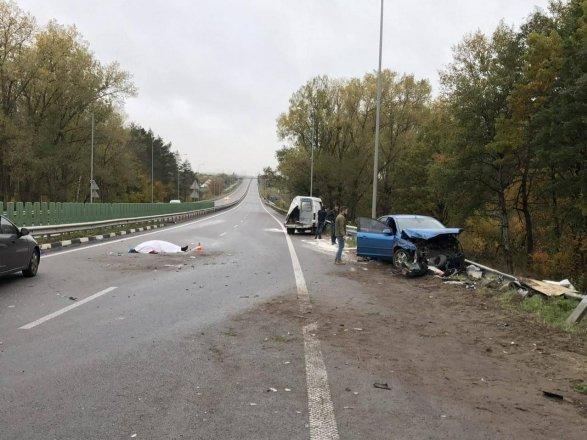 Из-за дорожно-траспортного происшествия натрассе Киев-Чоп легковую машину разорвало пополам