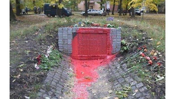 Памятник участника УПА облили краской в Харькове