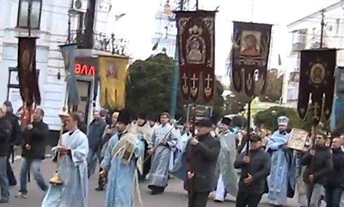 В Сумах, несмотря на запрет властей, провели Крестный ход в честь Покрова. Видео