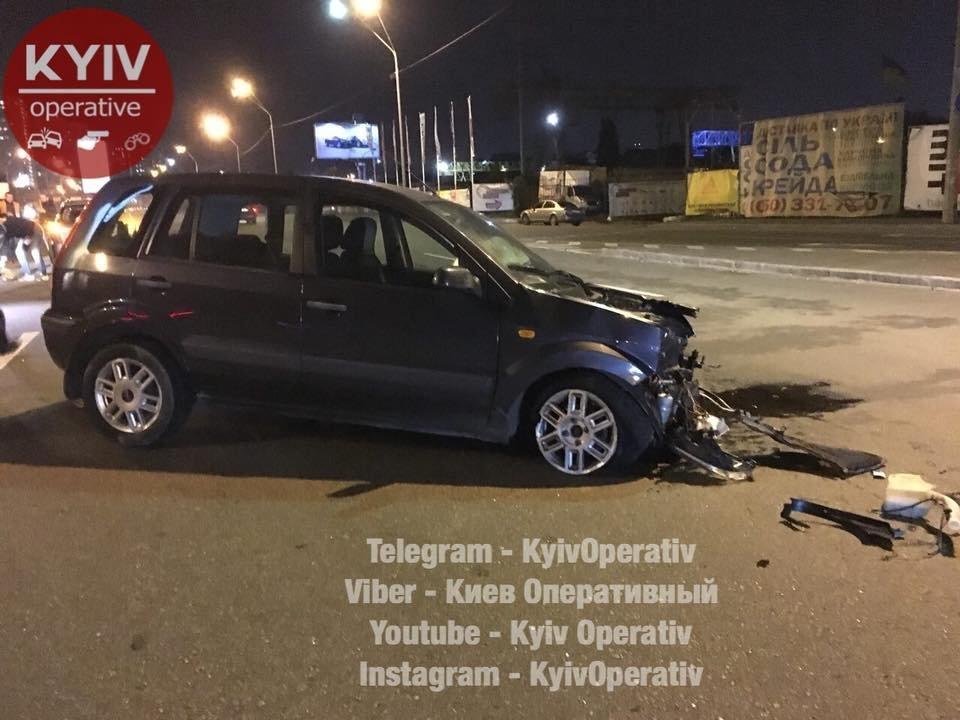 ВКиеве нетрезвый полицейский переходил улицу испровоцировал масштабное ДТП