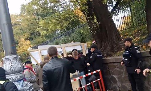 Нардепа Гончаренко обругали и забросали яйцами у Рады. Видео