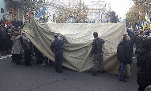 Митингующие начали устанавливать палатки у здания Рады