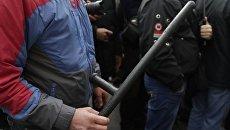 Митингующие у Рады отобрали у нацгвардийцев щиты