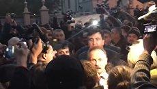 Митингующие у Рады напали на нардепа Барну. Видео