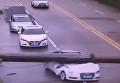 Родился в рубашке. Китаец выжил после падения крана на его авто. Видео