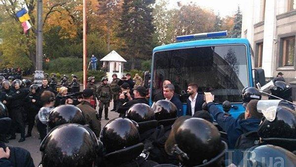 Полиция пошли на штурм палаточного городка под Радой