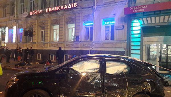Внедорожник Lexus, который сбил пешеходов на тротуаре в Харькове