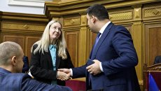 И.о. министра здравоохранения Ульяна Супрун и премьер Владимир Гройсман после принятия принятия Радой медреформы.