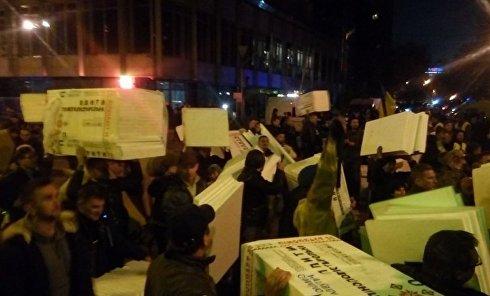 Активисты несут в палаточный городок под Верховной Радой пенопласт