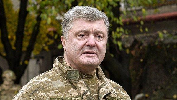 Президент Петр Порошенко в Донбассе. Архивное фото