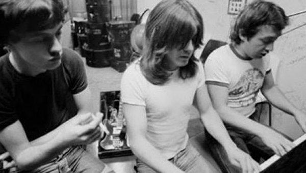Австралийский рок-музыкант Джордж Янг (справа)