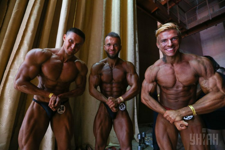 Участники Открытого чемпионата Киева по бодибилдингу, классическому бодибилдингу, бодифитнесу и бикини перед началом соревнований.