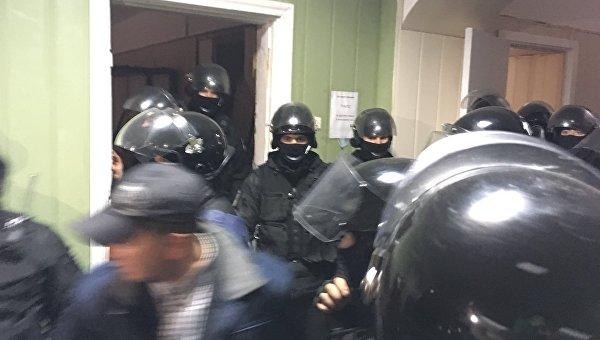 Полиция штурмом взяла захваченный националистами зал суда в Киеве
