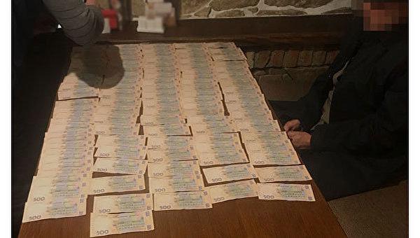 В Тернополе задержали двух налоговиков за взятку в 400 тыс. грн