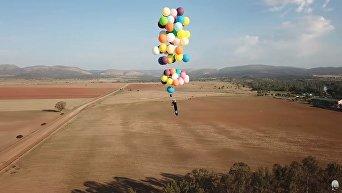 Британец пролетел 25 километров на стуле, привязанном к сотне воздушных шаров