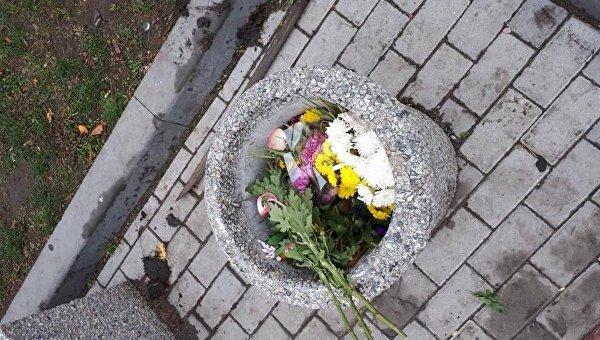 В Днепре неизвестные молодые собрали все цветы возле памятника Славы и выбросили их в урну