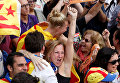 Люди празднуют после того как парламент Каталонии проголосовал за резолюцию о провозглашении независимости от Испании