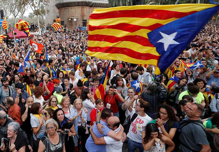 Объятия ишампанское: вКаталонии празднуют независимость
