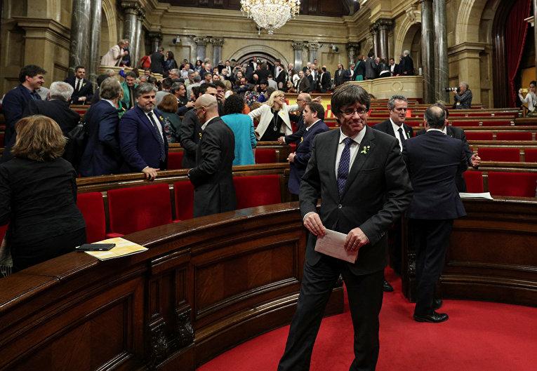 Президент Каталонии Карлес Пучдемон улыбается после того, как Каталонский региональный парламент объявил независимость от Испании в Барселоне