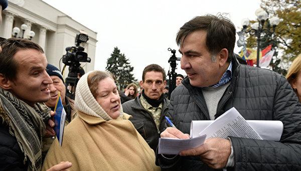 Бывший президент Грузии, экс-губернатор Одесской области Михаил Саакашвили раздает автографы на вече у здания Верховной Рады в Киеве.