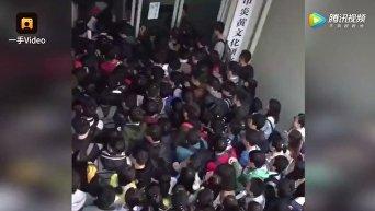 Китайские студенты спешат в библиотеку