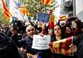 Демонстранты развернули баннеры и флаги после пресс-конференции в Брюсселе