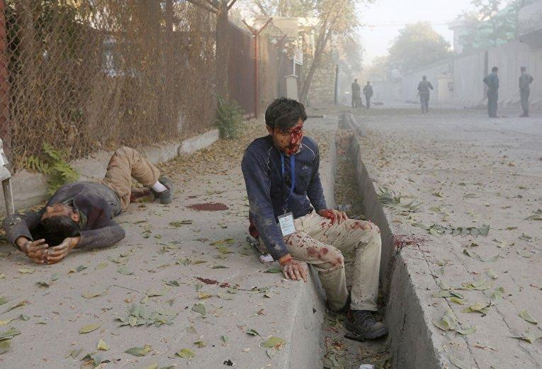 Пострадавший ждет помощи после взрыва в Кабуле