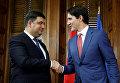 Премьер-министр Канады Трюдо обменивается рукопожатиями со своим украинским коллегой Гройсманом в Оттаве