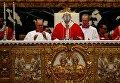 Папа Римский Франциск благословляет алтарь во время мессы для кардиналов и епископов, которые скончались в прошлом году, в соборе Святого Петра в Ватикане