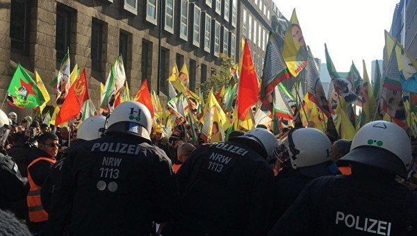 Столкновения с демонстрантами в Дюссельдорфе: пострадали 15 полицейских
