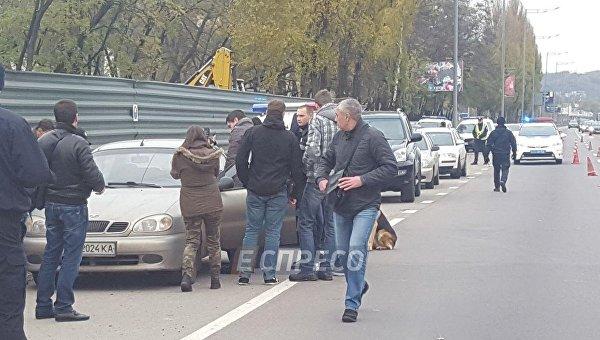 В Киеве на Столичном шоссе у обочины прохожие обнаружили автомобиль, в котором был труп мужчины,