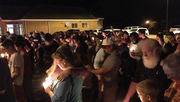 Люди молятся за погибших в стрельбе в Техасе