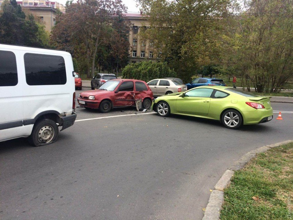 ВОдессе девушка зарулем спорткара разбила сразу 5 машин