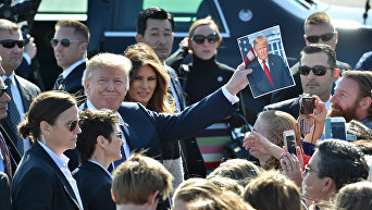 Президент США Дональд Трамп и его жена Мелания в Токио