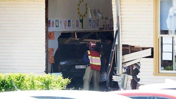 В здание школы в Сиднее въехало авто