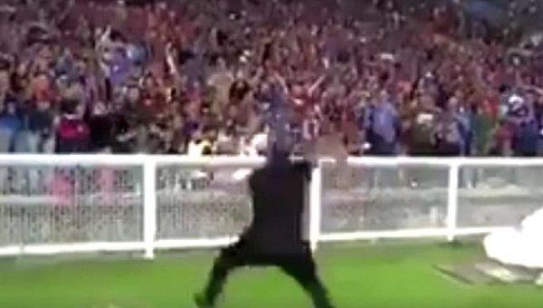 Футбольный тренер завел трибуны победным танцем. Видео