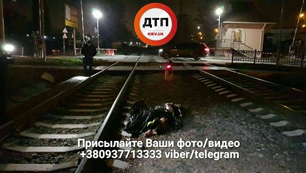В Киеве погибла девушка, попав под поезд на переезде