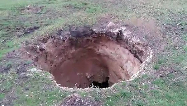 НаДонетчине из-за провала земли создалась  15-метровая яма