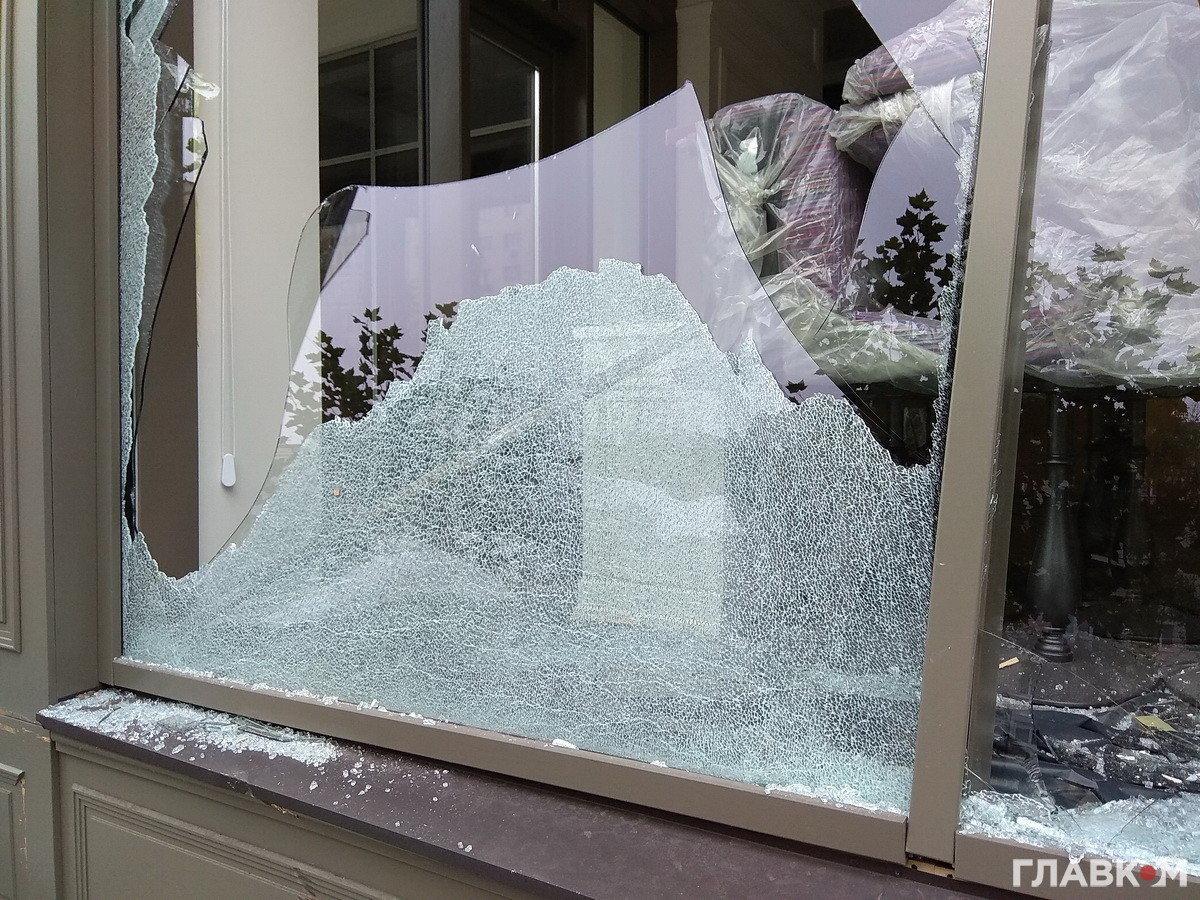 Вцентре столицы Украины разнесли экскаватором мебельный магазин— Беспредел по-украински