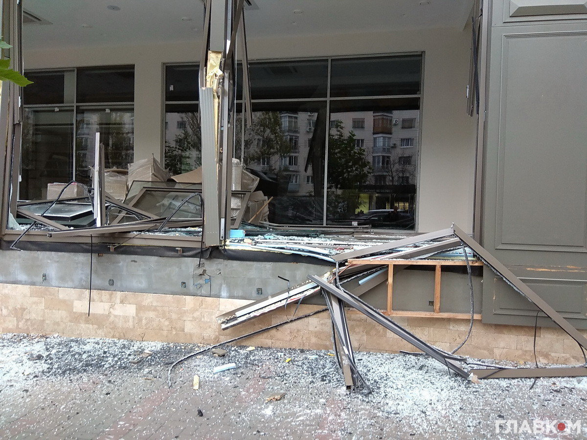 Вцентре столицы Украины неизвестные засчитанные мин. разгромили мебельный магазин экскаватором