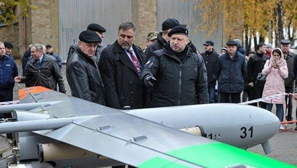 Александр Турчинов осматрвиает беспилотник Горлица